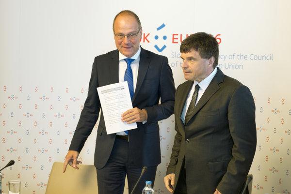 Na snímke vpravo minister školstva, vedy, výskumu a športu SR Peter Plavčan a eurokomisár pre vzdelávanie, kultúru, mládež a šport Tibor Navracsics.