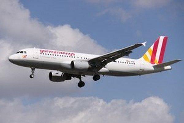 Pilot priviedol lietadlo na miesto, ktoré je určené pre podobné situácie. Pasažieri a posádka stroj opustili.