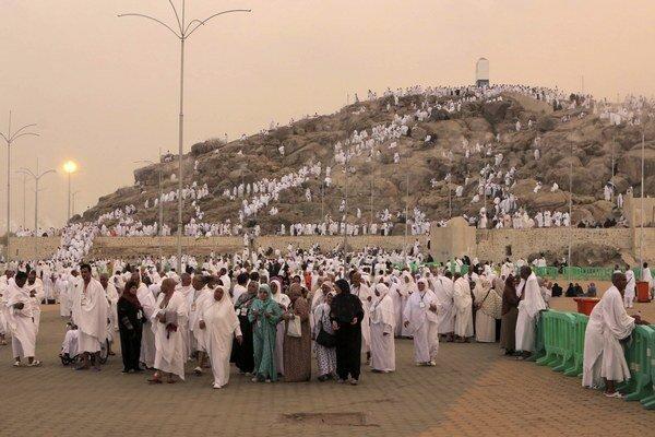 Moslimskí veriaci sa modlia pri západe Slnka pri výstupe na Arafatovu horu počas výročnej moslimskej púte Hadždž v saudskoarabskej Mekke.