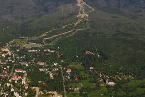 Cestu zo Štartu do Lomnice radšej prešli turisti v sprievode záchranárov na aute.