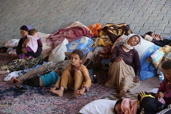 Iračania bez domova z komunity Jezídov sa usadili pod mostom v meste Dahuk pri hranici so Sýriou 14. augusta 2014.