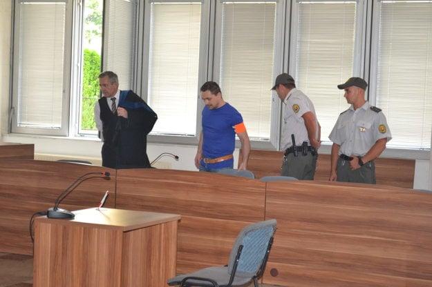 V súdnej sieni. Vypočul si verdikt o znížení trestu.