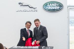 V Nitre sa začala výstavba štvrtej automobilky Jaguar Land Rover. Generálny riaditeľ Jaguar Land Rover Ralph Speth ukazuje nový závod premiérovi Robertovi Ficovi zo Smeru.