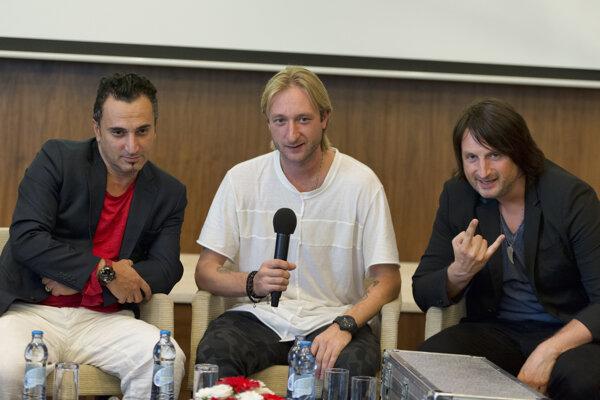 Zľava choreogref Ari Zakarian, ruský krasokorčuliar, trojnásobný majster sveta a šesťnásobný majster Európy Jevgenij Pľuščenko a maďarský hudobný skladateľ a huslista Edvin Marton.