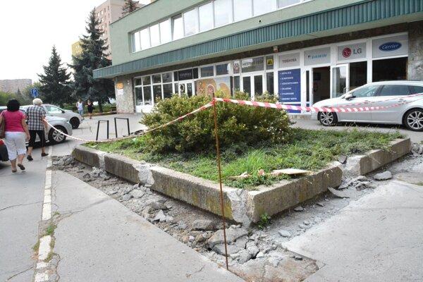 Tu majú vybudovať parkovacie miesta. Ľudia z vedľajšieho bloku nesúhlasia.