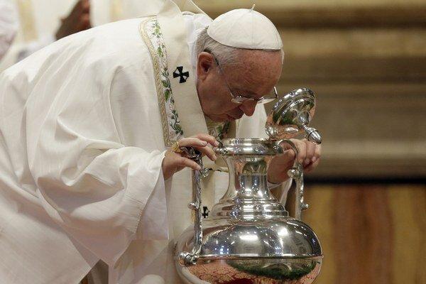 Pápež František počas tradičnej omše svätenia olejov.