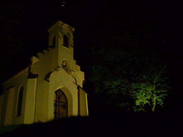 V obci veria, že okrem iného aj osvetlením kaplnky prilákajú do obce viac turistov.