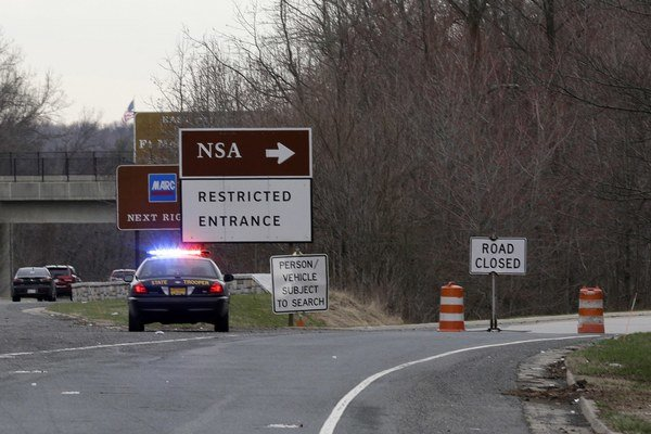 Dvaja muži sa pokúsili preraziť autom bezpečnostnú bránu do sídla NSA.