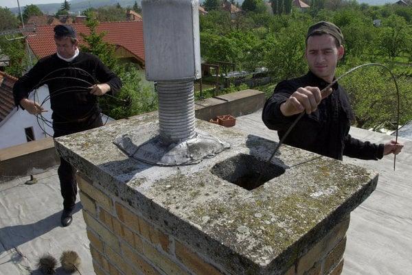 Akreditáciu pre kurz kominár má v Bratislave Cech kachliarov a kozubárov.
