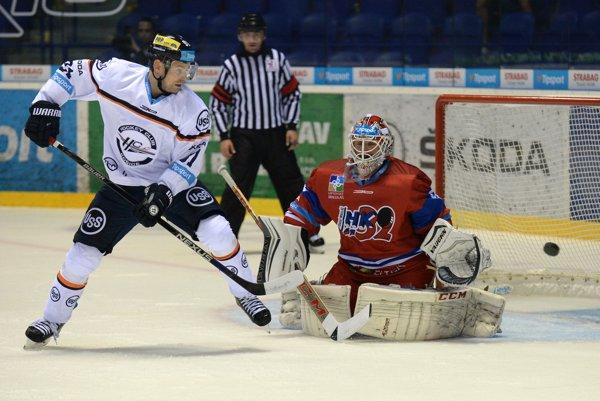 a snímke vľavo hráč Košíc Ondřej Šmach, vpravo brankár Liptovského Mikuláša Karol Križan v 3. kole hokejovej Tipsport Ligy HC Košice - MHK 32 Liptovský Mikuláš v Košiciach