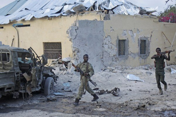 Vojaci hliadkujú na ulici po výbuchu bomby pred najpobľúbenejším hotelom v tamojšej metropole Mogadišo v piatok 27. marca 2015.
