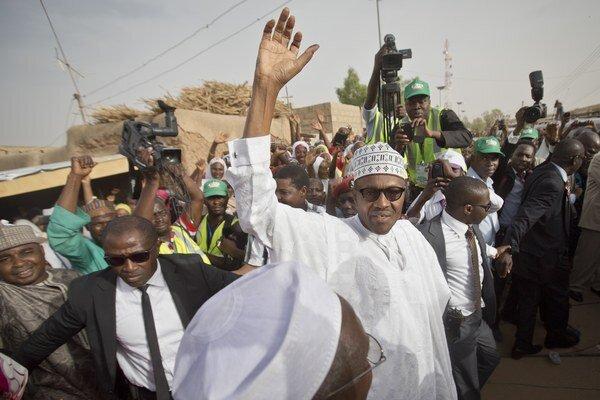 Opozičný kandidát Muhammadu Buhari v bielom rúchu zdraví svojich voličov po odvolení v jeho rodnom meste Daura v severnom štáte Katsina 28. marca 2015.