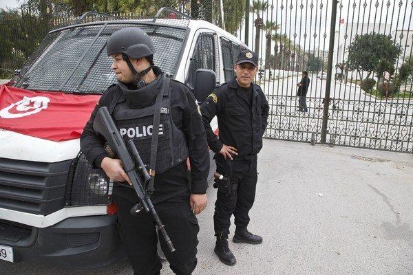 Tuniská polícia stále pátra po treťom útočníkovi.