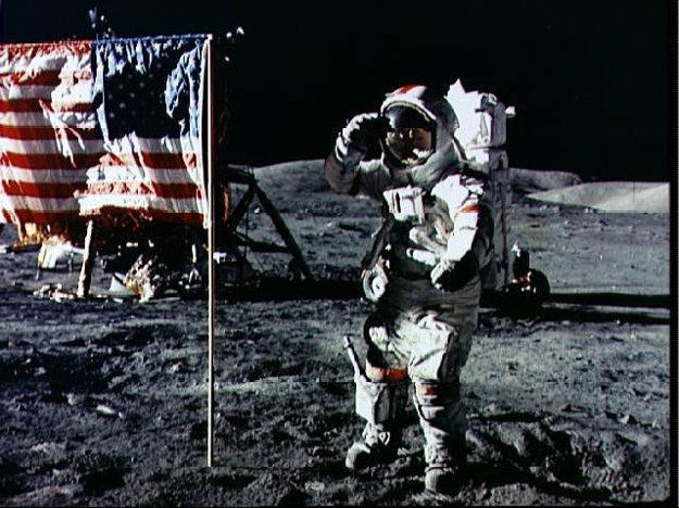 Egune Cernan salutuje americkej vlajke počas misie Apollo 17 na Mesiaci.