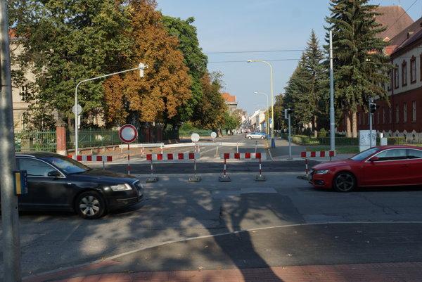 Barikády pred rektorátom UPJŠ. Prejazd medzi Kuzmányho a Moyzesovu ulicou bude ešte komplikovanejší ako doteraz.