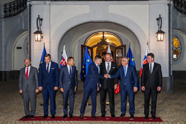 Hlavní predstavitelia EÚ a SR pred pracovnou večerou pri príležitosti neformálneho summitu lídrov 27 krajín EÚ.
