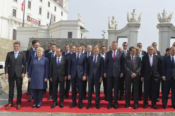Spoločná fotografia účastníkov bratislavského rokovania.