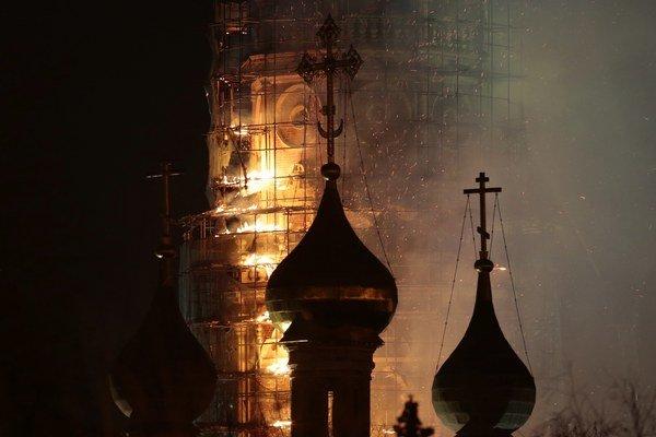 Oheň vypukol v hornej časti lešenia okolo zvonice.