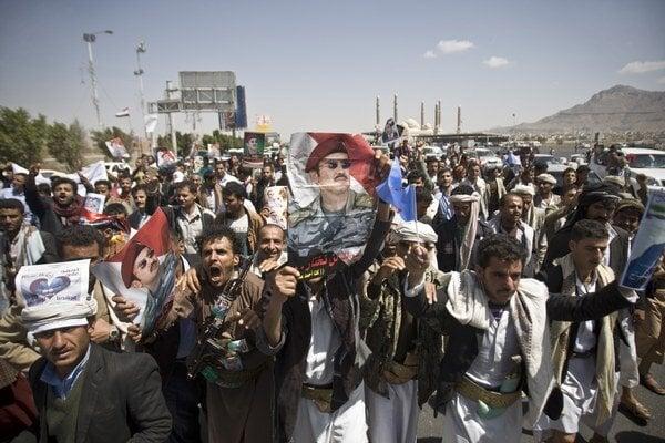 Kríza vyvolala masové protesty a obavy z opätovného rozštiepenia Jemenu.