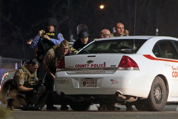 Incident pred policajnou stanicou v meste Ferguson.