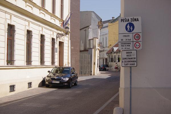 Pešia zóna. Aj autá magistrátu tam môžu parkovať len s povolením.