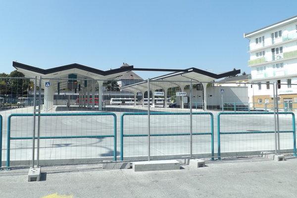 Vynovená časť stanice zostáva za plotom. Dôvodom sú nedostatky na spevnenej ploche.