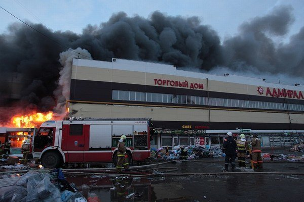 Požiar v obchodnom centre Admiral v Kazani.