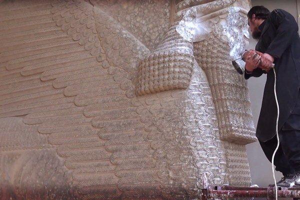 Na snímke z videa militanti Islamského štátu ničia asírijskú sochu.