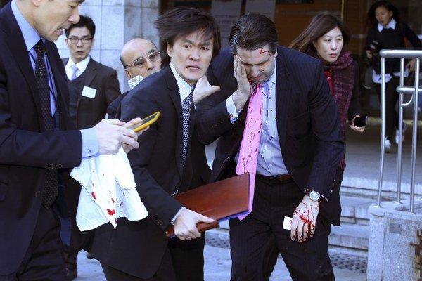 Veľvyslanec Lippert sa stal obeťou útoku, krvácal z hlavy.