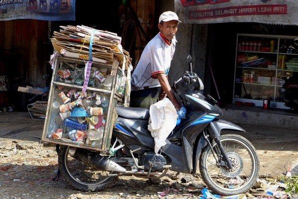 Pre niektorých je zbieranie odpadu a jeho predaj prostredníkom živobytím.
