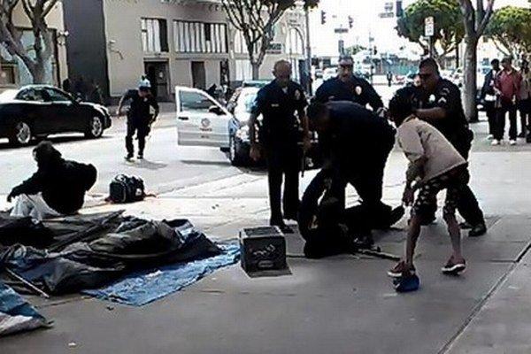 Veľký rozruch vyvolalo v USA zverejnenie videa zachytávajúceho kalifornských policajtov, ktorí počas zásahu zastrelili bezdomovca.