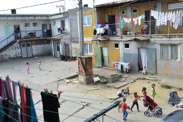 V kontajneroch na Bambuskách už vyrástli tínedžeri. Podľa miestnych Rómov im radnica sľubovala, že je to iba krátkodobé riešenie, no nestalo sa tak.