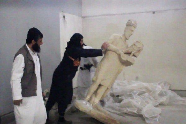 Islamisti svoje besnenie v múzeu natočili aj na video.