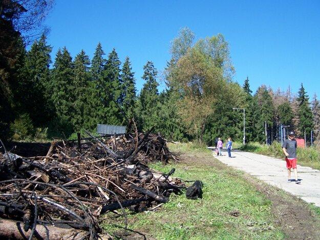 Zhorenisko na druhý deň po požiari.