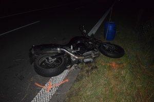 Smrteľná zrážka auta s motorkou. Motorkár na mieste podľahol ťažkým zraneniam