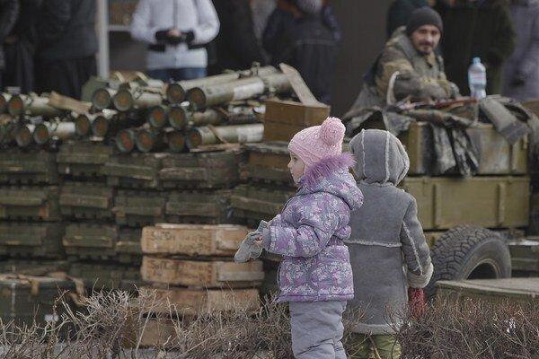 Deti pri munícii v Debaľceve.