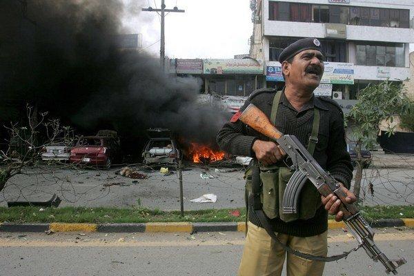 Policajt pred budovou policajnej stanice po útoku.