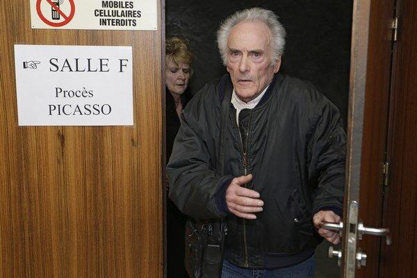 Pierre Le Guennec s manželkou Danielle vychádzajú z pojednávacej siene.