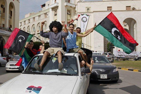 Líbyjčania smrť Muammara Kaddáfího oslavovali.