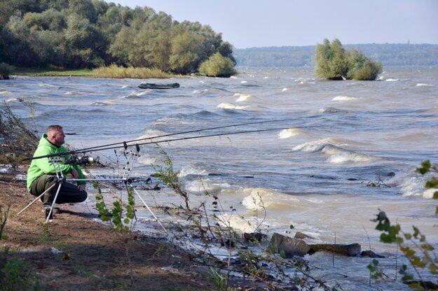 Na snímke rybár pri obci Zalužice na Zemplínskej šírave.