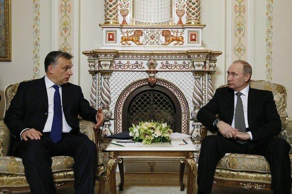 Ruský prezident Vladimir Putin (vpravo) sa rozpráva s maďarským premiérom Viktorom Orbánom.
