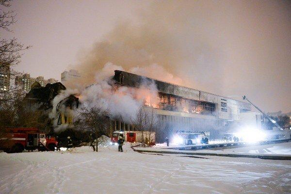 Hasiči hasia požiar v knižnici Ruskej akadémie vied v Moskve.