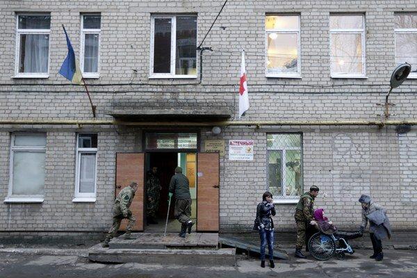 Zranení ukrajinskí vojaci pred nemocnicou v Artemivsku.