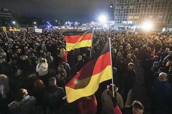 Tisíce ľudí demonštrovali napríklad v Drážďanoch.