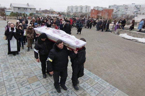 V Mariupoli pochovávajú obete bombardovania.