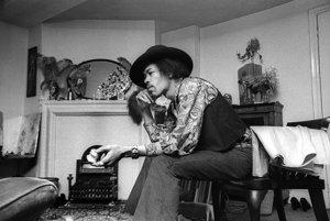 Jimi Hendrix vo svojom byte v Londýne na 23 Brook Street.