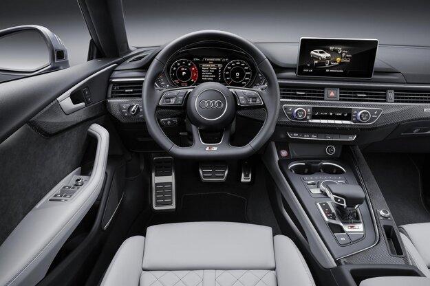 Športovo ladený kokpit modelu S5 Sportback. Namiesto klasických prístrojov môže byť vozidlo vystrojené veľkým displejom, na ktorom sa zobrazujú informácie podľa voľby vodiča.