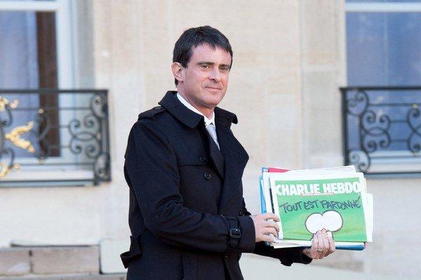 Francúzsky premiér s najnovším vydaním časopisu Charlie Hebdo.