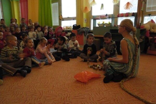 Škôlkari pomáhali hercom pri vystúpení.