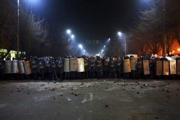 Arménska polícia blokuje cestu pred ruskou ambasádou. Asi dvetisíc protestujúcich demonštrovalo po sedemnásobnej vražde ruského vojaka.